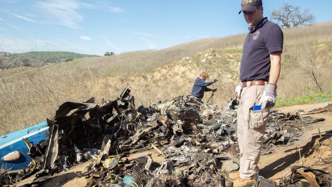 Miembros de la US National Transportation Safety Board (NTSB) analizan los restos del accidente.