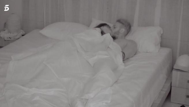 Andrea y Óscar comparten cama en 'La isla de las tentaciones'.
