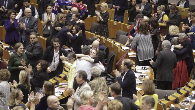 Los miembros del Parlamento reaccionan tras la votación sobre el BREXIT.