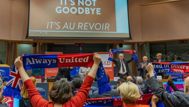 """Richard Corbett, líder de los laboristas en el Parlamento Europeo, sosteniendo una bufanda en la que se lee """"Siempre Unidos"""""""