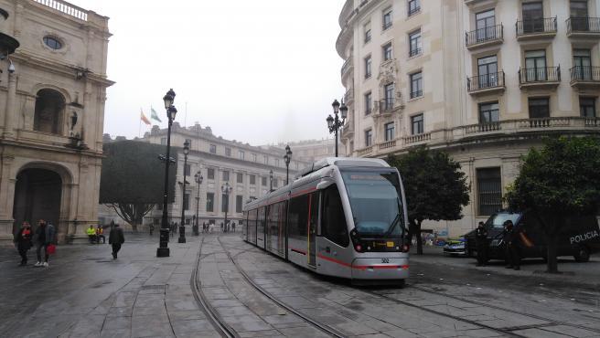 Un tren del Metrocentro a su llegada a la Plaza Nueva.