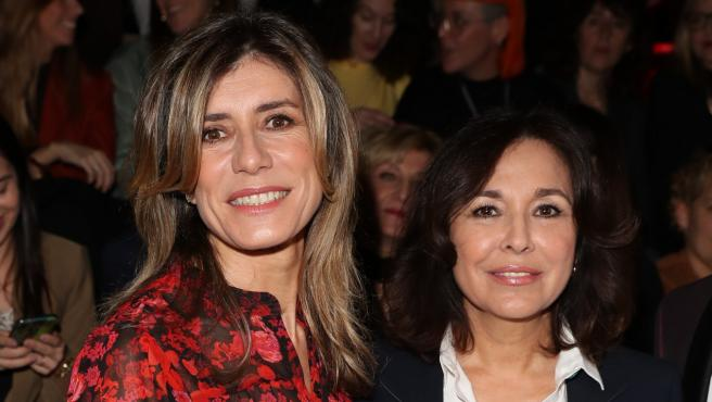 """Begoña Gómez e Isabel Gemio en el desfile de """"Hannibal Laguna de la Pasarela Cibeles Fashion Week Madrid."""