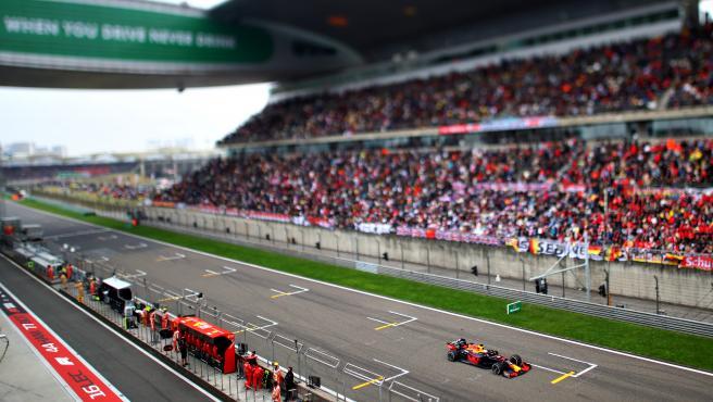 Max Verstappen pasa por la línea de meta del GP de China de 2019