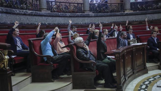 Imatge de l'equip de govern en el ple d'aquest dijous votant a favor d'una moció.