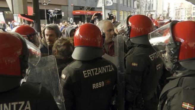 Tensión entre piquetes y la Ertzaintza en jornada de Huelga General