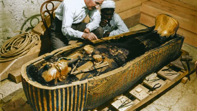 Uno de los documentos gráficos que existen sobre el descubrimiento de la tumba de Tutankhamón por el arqueólogo Howard Carter en 1922.