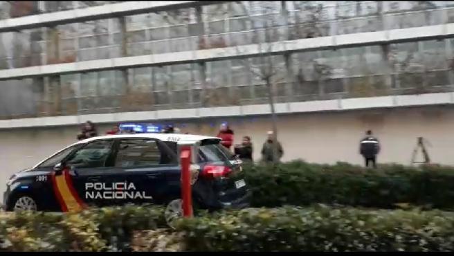 Entrada del coche a los juzgados que trasladaba a la madre de la niña hallada muerta en un hotel de Logroño