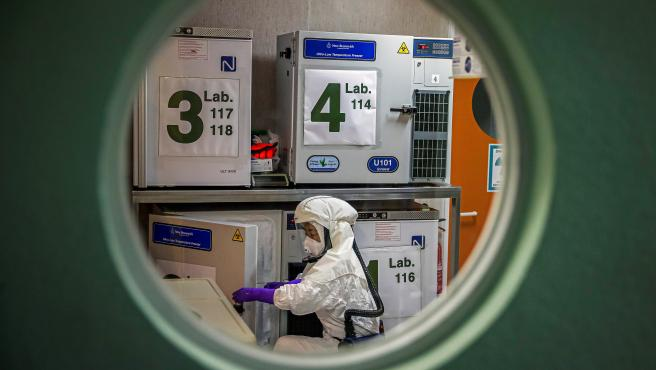 Un trabajador en el laboratorio de alta seguridad en el Centro Nacional de Biotecnología en Madrid.