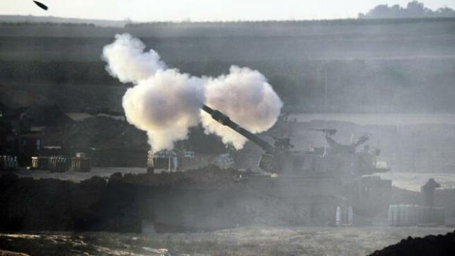 Un tanque dispara un proyectil desde el sur de Israel hacia la franja de Gaza.