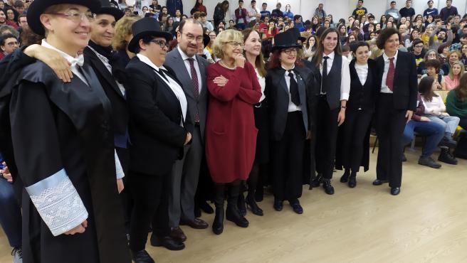 Manuela Carmena acompañada por el rector de la USC, Antonio López, y un grupo de personas disfrazadas de Concepción Arenal