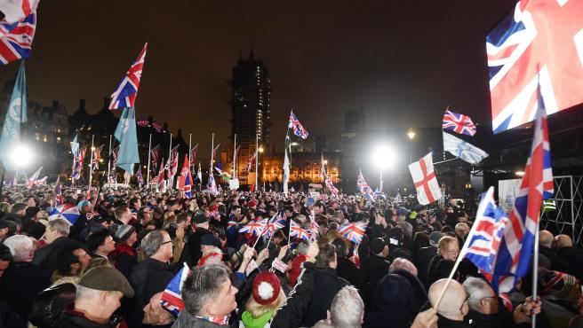 Partidarios del brexit a las puertas del Parlamento británico..
