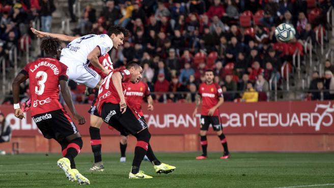 El delantero del Valladolid, Enes Unal, cabecea el balón que supuso el gol de la victoria.