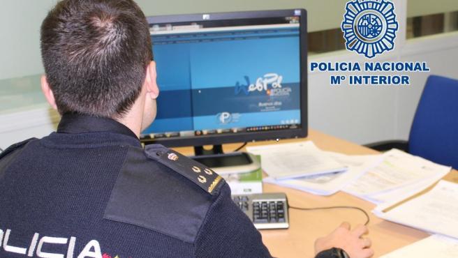 Imagen de archivo de un policía con un ordenador