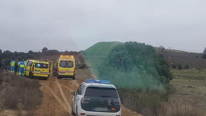 Servicios de emergencias en el lugar donde ha muerto atropellado un espectador de una prueba de motocross.