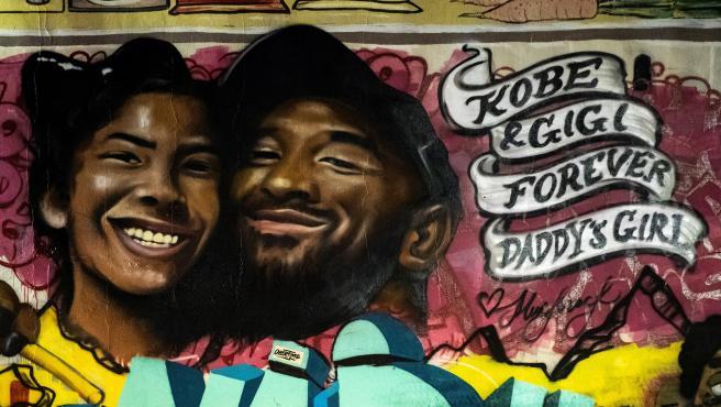 Mural en honor a Kobe Bryant y su hija Gianna.