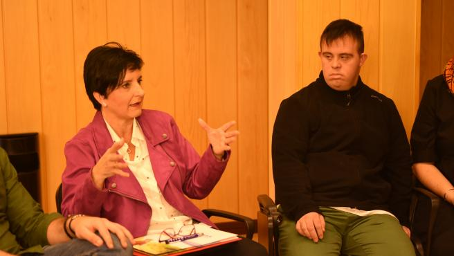 La diputada provincial de Igualdad, Juventud y Administración Electrónica, Mercedes Garzón, en un encuentro con jóvenes europeos