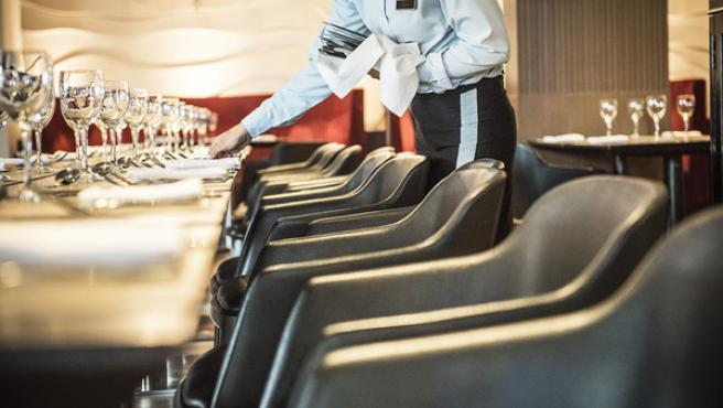 Foto de archivo de un camarero trabajando.