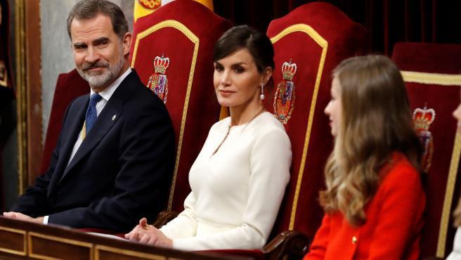 """""""Llega la hora de la palabra, del argumento y de la razón"""", porque """"España no puede ser de unos contra otros, España debe ser de todos y para todos"""". Con esas palabras, el rey Felipe VI dio por solemnemente inaugurada la legislatura en el Congreso, mediante un discurso en el que hizo una defensa de la Constitución y en el que advirtió a diputados y senadores de que la """"concordia"""" y el """"entendimiento"""" son palabras que deben """"recordar, preservar y hacer prevalecer""""."""