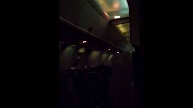 Algunos de los pasajeros han grabado imágenes de lo que estaba ocurriendo dentro de la aeronave con sus teléfonos móviles.
