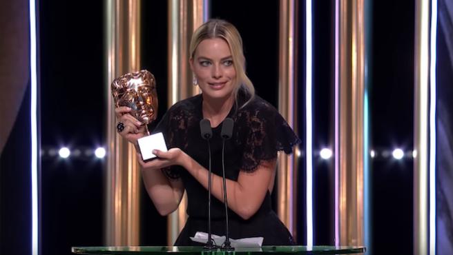 Margot Robbie hace reír a los BAFTA leyendo el discurso de Brad Pitt
