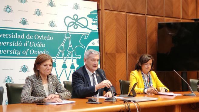 El rector de la Universidad, Santiago García Granda, en rueda de prensa.