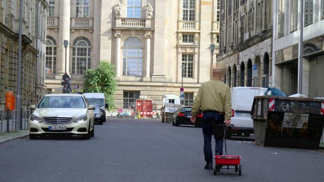 Simon Weckert transportando los 99 móviles por las calles de Berlín.