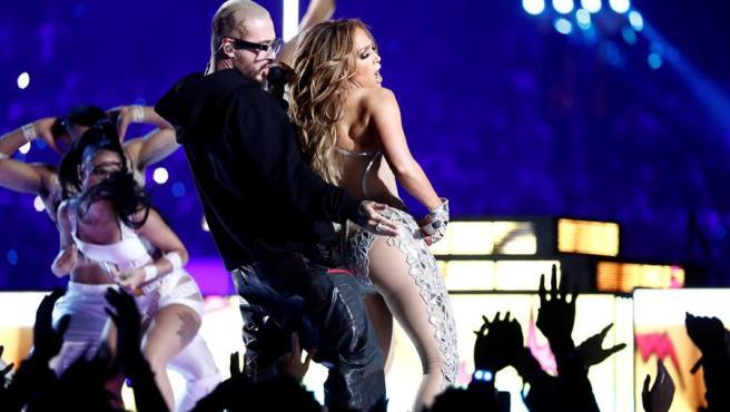 La cantante estadounidense Jennifer López baila con el colombiano J Balvin, durante el espectáculo de medio tiempo de la LIV Super Bowl, en el estadio Hard Rock de Miami Gardens, Florida (EE UU).