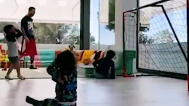 Leo Messi, jugando a fútbol con sus hijos en su salón.