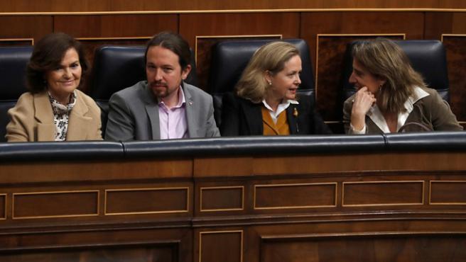 La vicepresidenta primera, Carmen Calvo junto al vicepresidente de Derechos Sociales, Pablo Iglesias; la vicepresidenta de Economía, Nadia Calviño; y la vicepresidentade Trasición Ecológica, Teresa Ribera.