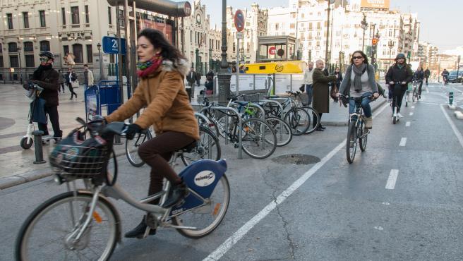 Ciclistas y patinadores circulan por el punto más transitado del anillo ciclista, en la calle Xàtiva.