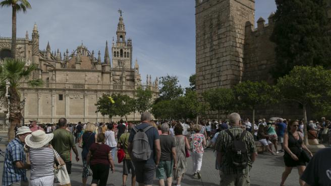 SEVILLA, 13.09.19. Visitantes esperan su turno para entrar en el Real Alcázar de Sevilla.
