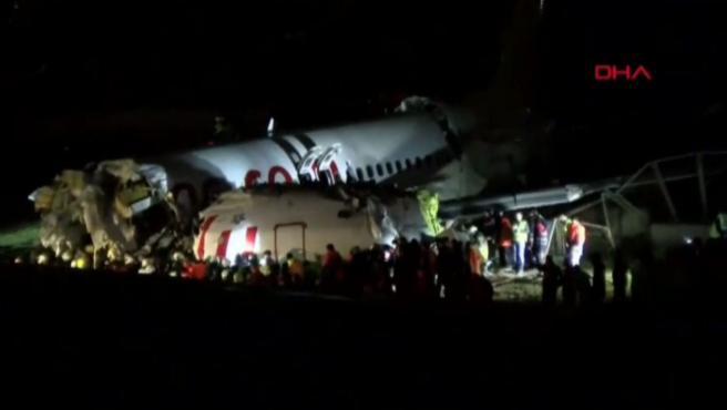 Aparatoso accidente de avión en Turquía al salirse de pista una nave en el aeropuerto de Estambul. El avión, que llevaba a bordo 177 pasajeros, patinó y se rompió en tres después de aterrizar. Según fuentes de la investigación no hay que lamentar víctimas.