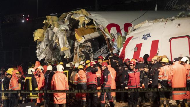 Operarios trabajan en las labores de rescate del avión accidentado en Estambul.
