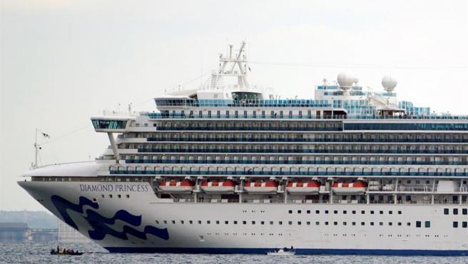 El crucero 'Diamond Princess', en cuarentena en el puerto de Yokohama (Japón) por casos del coronavirus de Wuhan entre sus pasajeros.