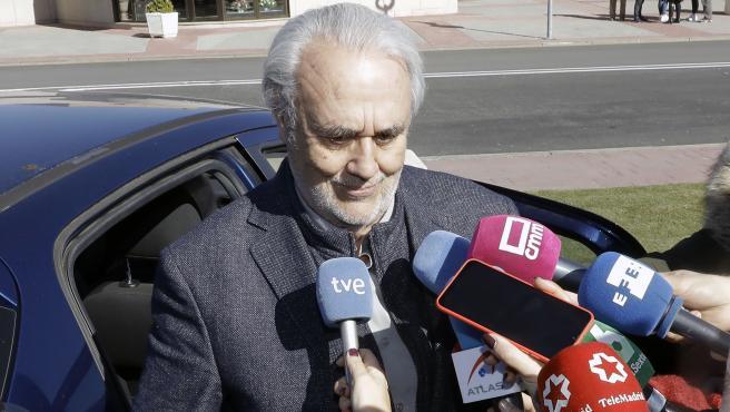 El director Manuel Gutiérrez Aragón asiste a la capilla ardiente de José Luis Cuerda en el Tanatorio La Paz en Tres Cantos, a 5 de febrero de 2020.