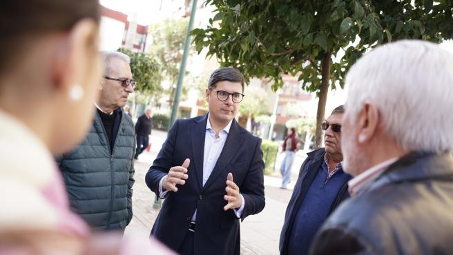 El portavoz municipal de Ciudadanos (Cs) en el Ayuntamiento de Sevilla, Álvaro Pimentel, con vecinos del entorno de la Glorieta Olímpica