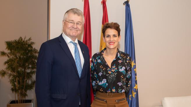 El vicepresidente del Comité de las Regiones de la Unión Europea, Markku Markkula, y la presidenta del Gobierno de Navarra, María Chivite