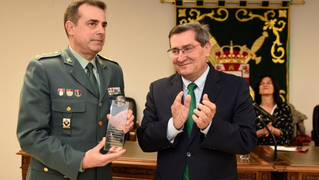 Imagen de la entega del reconocimiento de la Diputación a la Guardia Civil
