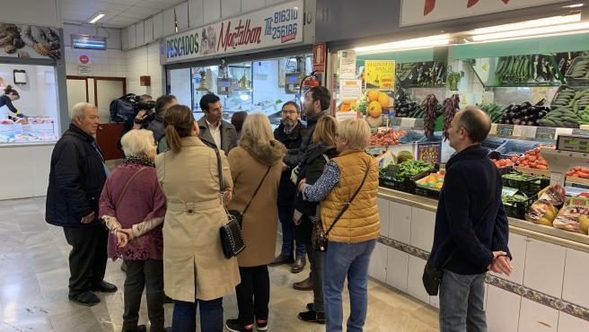 Imagen de la visita de Francisco Cuenca al mercado del Zaidín 'Merca 80'