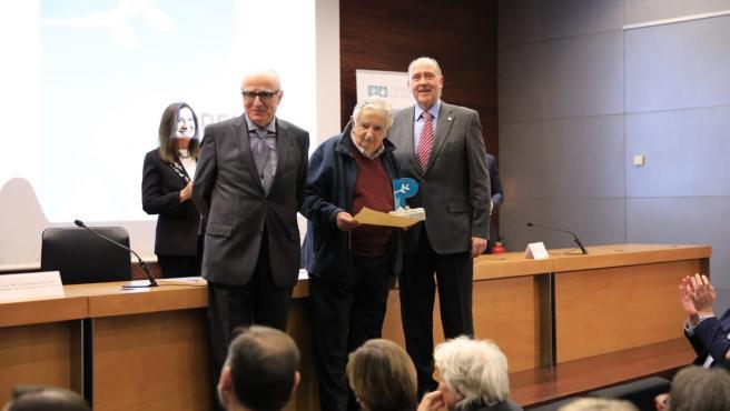 Jose Mujica recibe el premio del CVCA y el ICAV