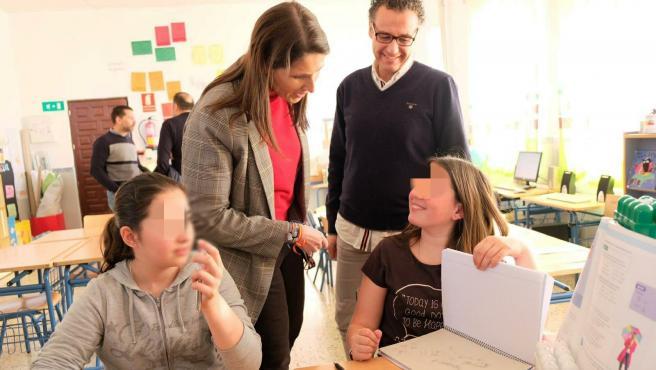 La delegada de Educación, Mercedes García Paine, en una escuela rural de la provincia de Málaga
