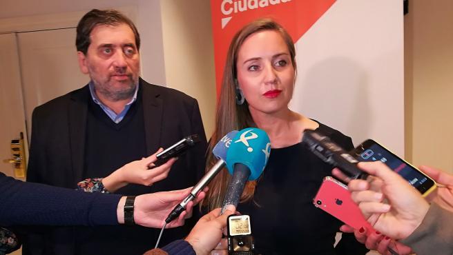 Los miembros de la Gestora de Ciudadanos Melisa Rodríguez y Manuel García Bofill atendiendo a los medios de comunicación en Mérida