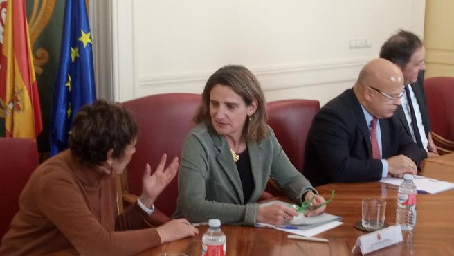 Ribera (C), entre la delegada del Gobierno, Mercedes Martín, y el subdelegado del Gobierno, Faustino Sánchez.