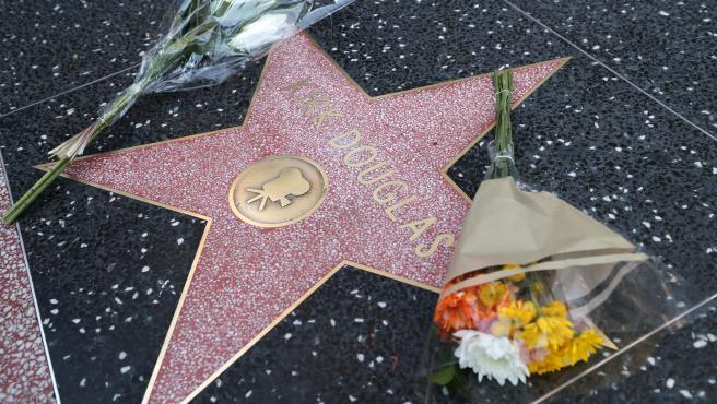 Flores en la estrella de Kirk Douglas en el Paseo de la Fama de Hollywood