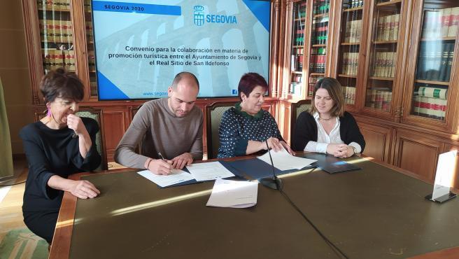 La alcaldesa de Segovia, Clara Luquero, y el alcalde del Real Sitio, Samuel Alonso, firman convenio de colaboración.