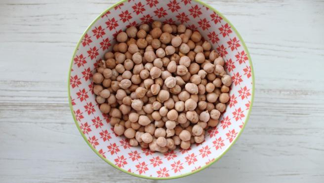Las lentejas, los garbanzos o las alubias son fuentes muy ricas en ácido fólico. Un plato de cualquiera de estas legumbres puede superar los 350 mg de folatos.