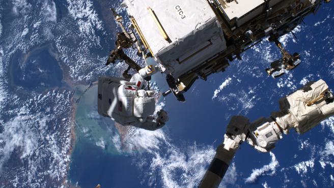 Luca Parmitano durante uno de los paseos espaciales sobre el Caribe.