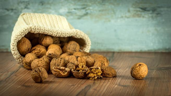Los frutos secos también son ricos en ácido fólico y cada nuez que consumas te aportará aproximadamente 1 mg de folatos.