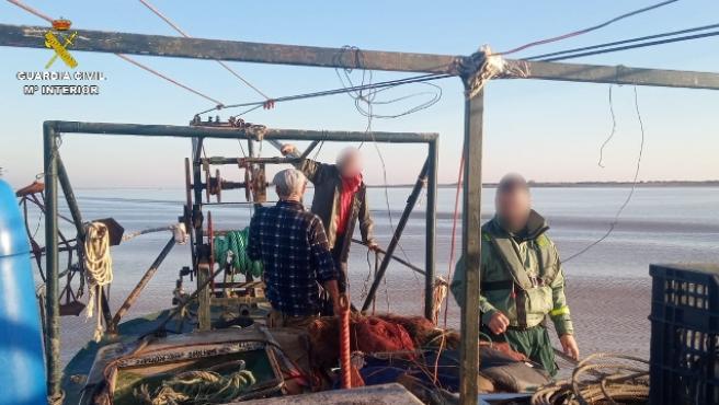 Efectivos de la Guardia Civil en la operación contra la pesca ilegal de angulas.