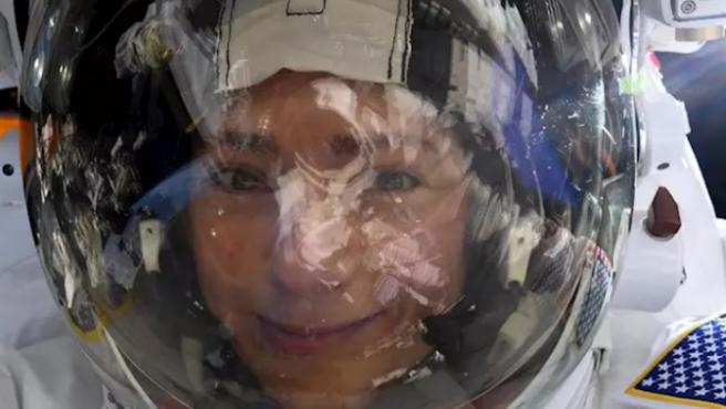 Selfie espacial de Jessica Mier con la Tierra reflejada en el visor del casco.